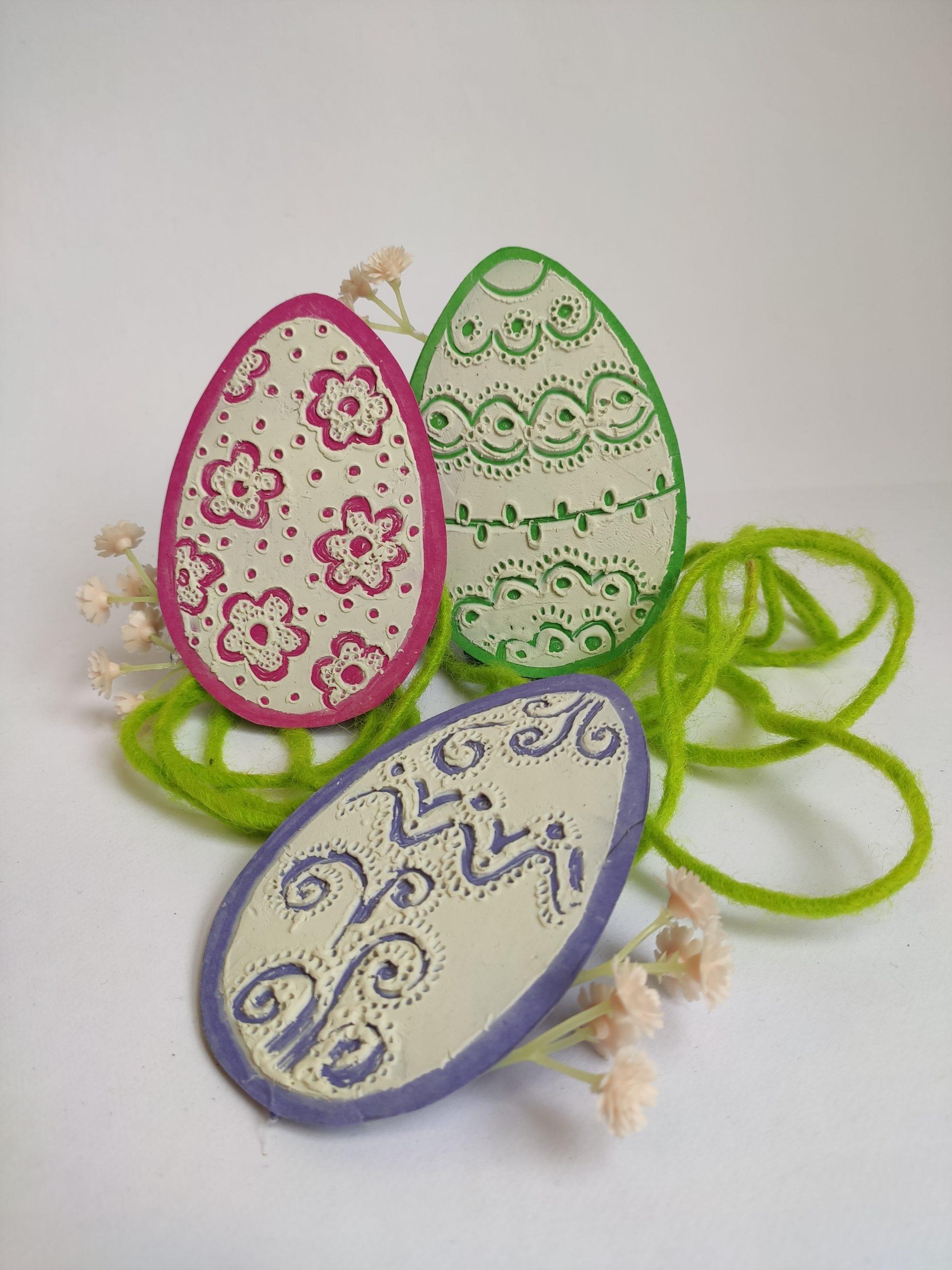 Velikonoční kraslice zdobené plastelínou